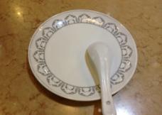 盘子和汤匙图片