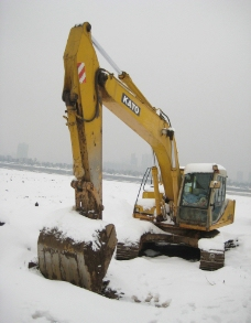 雪地的挖土机图片
