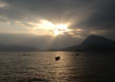 泸沽湖情人摊的夕阳图片