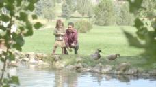 父亲和女儿走近池塘2股票的录像 视频免费下载