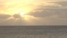 明亮的黄色太阳在天空的海洋股票视频 视频免费下载