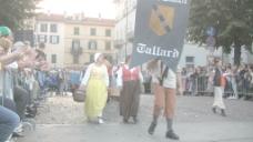 意大利节日游行的人挥舞着股票的录像