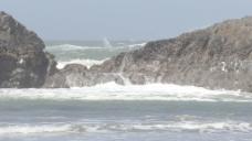巨浪越过俄勒冈海岸岩石3股票的录像