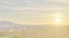 时间的推移,金色的夕阳为城市景观的股票视频 视频免费下载