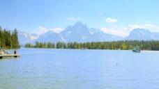 时间的推移湖上船只与背景股票视频山 视频免费下载