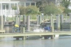 男人停靠一艘船靠近海滩的股票视频
