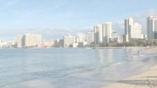 波浪拍打着海滩酒店林立的3股的录像 视频免费下载