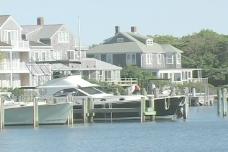 船停靠在房屋股票视频
