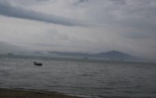 下雨天的海边图片