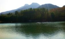 湖水山倒影图片