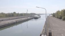 在萨斯巴赫德国股票的录像在莱茵船闸的驳船 视频免费下载