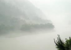 雨后江面图片