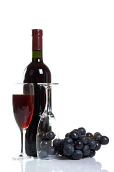 红葡萄酒与高脚杯图片
