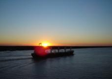 巨轮迎着晚霞航行图片