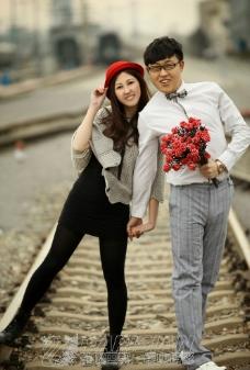 铁路上的爱恋图片